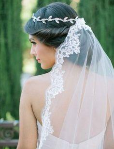 Le voile de mariée princesseAttaché dans la chevelure grâce à un joli diadème, il nous transporte dans un compte de fée. On l'associe à un joli chignon bas.