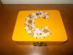 Mini-caixa de Costura, com inicial em botões e missangas.