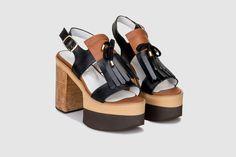 """""""Jessy"""" é uma delicada sandália que irá articular-se de uma forma deslumbrante com os seus look diários. As suas aberturas laterais são indicadas para os longos e quentes dias de Verão."""