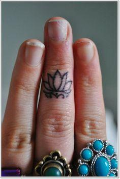 Petite fleur de lotus tatoué sur un doigt