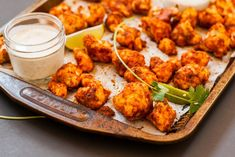 Easy Vegan Cauliflower Buffalo Wings with a Hint of Lime Cauliflower Buffalo Wings, Spicy Cauliflower, Cauliflower Recipes, Sin Gluten, Gluten Free, Entree Vegan, Organic Food Delivery, Bbq Appetizers, Organic Recipes