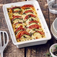 Für unser schnelles Ofengericht brauchen Sie nur eine halbe Stunde Zeit: Probieren Sie unseren Gemüse-Auflauf mit Tomaten, Zucchini, Mozzarella und Crème fraiche – vegetarisch und lecker!