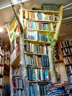 """Literatura +1 Fotografía del """"Booktree"""" en la librería """"Lloyd's of Kew"""", en Richmond, Reino Unido."""