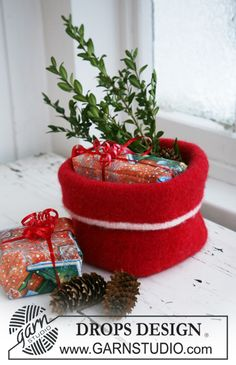 "DROPS Extra 0-582 - Knitted and felted DROPS Christmas basket in ""Alaska"". - Free pattern by DROPS Design"