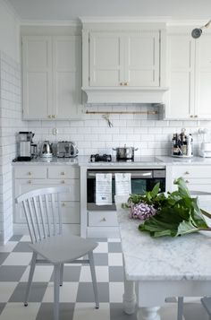 House of Philia Small Space Kitchen, Kitchen Art, Kitchen Interior, Kitchen Dining, Small Spaces, Kitchen Cabinets, Kitchen Ideas, House Of Philia, Shaker Doors