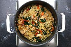 Aprenda a fazer um macarrão com camarão numa panela só