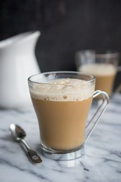 Vanilla Almond Frozen Latte: espresso, Vanilla Almond Milk, honey or agave, almond extract, ice cubes I Love Coffee, My Coffee, Coffee Drinks, Coffee Shop, Coffee Cups, Refreshing Drinks, Yummy Drinks, Healthy Drinks, Smoothie Drinks