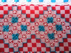 Pano de prato com tecido de ótima qualidade, com aplicação de bordado em tecido xadrez e bico de crochê.