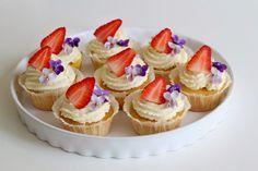 Biting Hanah: Vanilla cupcakes with strawberries*