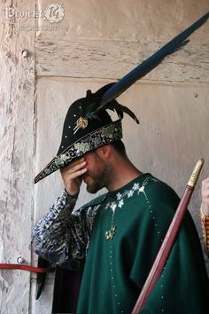 that is a truly outstanding hat. Renaissance Hat, Medieval Hats, Medieval Costume, Renaissance Clothing, Medieval Fashion, Medieval Fantasy, Historical Costume, Historical Clothing, Mens Garb