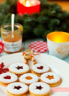 Galletas Linzer rellenas de mermelada , Hace tiempo que teníamos ganas de explicaros esta receta de navidad, que por su sencillez es perfecta para cocinar con los niños en estas tardes de ...