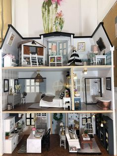 This Mom Made a 'Fixer Upper' Dollhouse and It's a Flippin' Masterpiece 'Fixer Upper' Dollhouse Tour – This Mom Decorated Her Kid's Dollhouse Just Like Joanna Gaines A Super-Fan Creates One Magnificently Detailed 'Fixer Upper' Dollhouse This Kids Doll House, Doll House Plans, Barbie Doll House, Best Doll House, Doll House Modern, Modern Dollhouse, Diy Dollhouse, Dollhouse Miniatures, Victorian Dollhouse