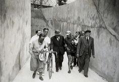 1934 29/7 rit 23 Paris/Vélodrome du Parc des Princes > Un second Le Tour en poche pour Magne.  Comme l'acteur qui, après les ovations, rentre dans les coulisses, le vainqueur du Tour 1934, Antonin Magne regagne le quartier des coureurs au Vélodrome du Parc des Princes