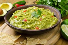 Guacamole is a heart-healthy dip that pairs well with more than just tortilla chips. Enjoy it with these nutritious foods for a healthy guacamole snack. Guacamole Recipe Easy, Guacamole Dip, Avocado Dip, Fresh Guacamole, Avocado Food, Homemade Guacamole, Fresh Avocado, Avocado Recipes, Gastronomia