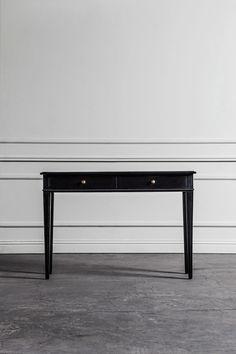 Vackert sidobord i elegant svart med två st lådor, perfekta som förvaring