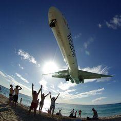 青い海と白い砂、そして大型旅客機の着陸を全部楽しめるカリブ海セント・マーティン島のプリンセス・ジュリアナ国際空港の写真 - DNA