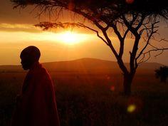 Masai Mara, Kenya La luce del tramonto illumina un ragazzo Masai nella Riserva Nazionale Masai Mara, in Kenya.