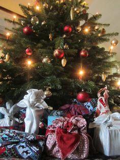 So wunderschön ein ein Zero-waste Weihnachten sein.  Geschenkumhüllungen aus Stoff: ohne Schere, ohne Papier, ohne Stress, ohne Müll