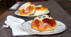 Delicious warm buns with a quark & raisin filling via sillasipuli.blogspot.fi