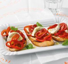 Sommer-Starter: Büffelmozzarella und Paprika auf geröstetem Knoblauchbaguette.