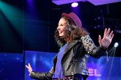 """Wognum – De 15- jarige Shalisa uit Wognum heeft de finale bereikt van het AVRO Junior Songfestival 2015. Met haar zelfgeschreven liedje """"Million Lights"""" wist ze het publiek te overtuigen. Ze …"""