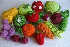 Вязаные крючком овощи и фрукты - могут быть не только декором, но развивающими игрушками.