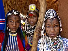 Young Hanagamba nomadic women photographed in Central African Republic [1024 x 768]