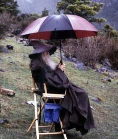 And Gandalf would've been much more comfortable with an umbrella: | 34 Behind The Scenes Photos That Will Change The Way You Look At Classic Movies