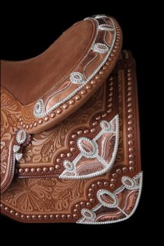 Dale Chavez saddle, copper accents mixed with silver Western Horse Tack, Cowboy Horse, My Horse, Western Saddles, Horse Mane Braids, Westerns, Tack Shop, Barrel Racing Horses, Cowboy Gear