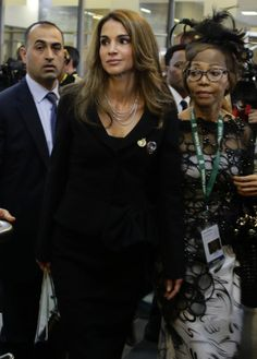 Queen  Rania of Jordan reaches for the tribute to former South African President.