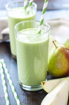 Pear Ginger Smoothie | This pear ginger smoothie is full of fiber, protein and greens! It's the perfect healthy way to start the day! #weightlossfast10pounds