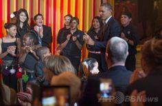 米ホワイトハウス(White House)開催された米政府の芸術・人文科学委員会(President's Committee on the Arts and the Humanities、PCAH)主催の「ターンアラウンド・アーツ・タレントショー(Turnaround Arts Talent Show)」で、サプライズゲストとして登場したバラク・オバマ(Barack Obama、右)米大統領(2014年5月20日撮影)。(c)AFP/Jim WATSON ▼21May2014AFP|ホワイトハウスで子どもの「タレントショー」、著名人ら参加 http://www.afpbb.com/articles/-/3015452 #Turnaround_Arts_Talent_Show #Barack_Obama #White_House