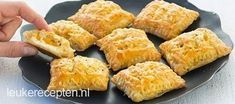 Mini kaas broodjes Old and new recipe: savory puff pastry snack filled with creamy cheese and… Tea Snacks, Recipes Appetizers And Snacks, Savory Snacks, Snack Recipes, Cheese Snacks, Cheese Bites, Party Snacks, Tapas, Love Food