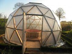 Construction dome geodesique Igloo House, Dome House, Sauna Infravermelho, Garden Igloo, Underground Garden, Geodesic Dome Greenhouse, Yurt Home, Canvas Tent, Pallet Patio