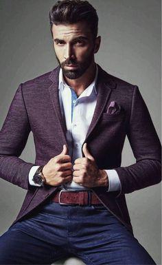 O blazer em tom escuro, mesmo que colorida, é uma ótima escolha de roupa masculina para formatura, seja no casual chic ou esporte fino.