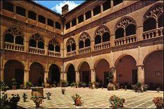 Claustro de la Botica (Monasterio de Guadalupe, Cáceres). En 1525 Covarruvias acude junto con Antón Egas para dar una traza conjunta de este patio.