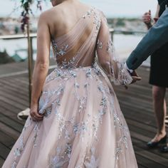 See all the Elie Saab Haute Couture Spring/Summer 2017 photos on Vogue. Dresses Elegant, Pretty Dresses, Style Couture, Couture Fashion, Bridal Fashion, Dress Fashion, Paris Fashion, Fashion Clothes, Fashion Fashion