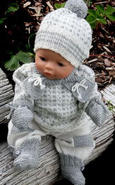 Baby Knitting Patterns Toys baby born clothes knit with Målfrid Gausel knitting pattern Knitting Dolls Clothes, Crochet Baby Clothes, Knitted Dolls, Doll Clothes Patterns, Knitted Baby, Knitting For Kids, Baby Knitting Patterns, Baby Patterns, Baby Born Kleidung