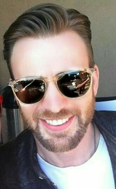 How could you not love Chris Evans? How could you not? Seriously! It's just physically/psychologically/emotionally impossible. Look at that face! That handsome, carved by angels face!!! He makes my hormones go haywire. Hoo-zah! XD