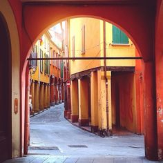 The hidden streets of Bologna - Instagram by barefootitaly