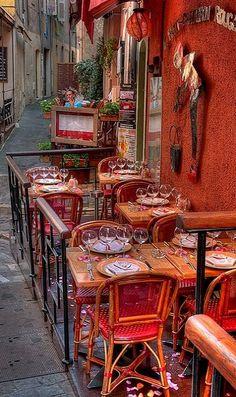 Le petit chaperon rouge, Cannes, France (by lucbus)