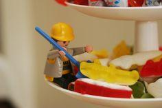 Et pour le goûter, une équipe tout entière d'ouvriers, de jardiniers et de véhicules de chantier a envahi la table, les bonbons et le gâteau...