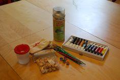 """Potřebujeme: akrylové barvy, štětce, kelímek s vodou (ideální je """"nerozlévací""""), kolečka (sukovníky z hobby marketu nebo jiný podobný materiál), lak, pytlík na uložení koleček"""