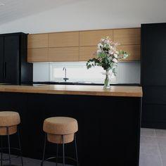 Puun luonnollinen sävy pehmentää tummaa keittiötä #designtalo #sisustus #keittiö Kiss The Cook, Cooking, Kitchen, Table, Furniture, Home Decor, Decoration Home, Room Decor, Kitchens