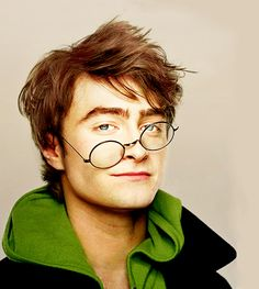 Daniel Radcliffe used a total of 160 pairs of glasses during the filming of all Harry Potter movies. Daniel Radcliffe Harry Potter, Harry James Potter, Harry Potter Film, Theme Harry Potter, Daniel Radcliffe Young, Draco Malfoy, Hogwarts, Wallpaper Harry Potter, Picture Blog