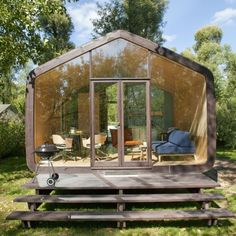 Amsterdam-based furniture company Fiction Factory recently released a novel modular tiny house built from cardboard. Named Wikkelhouse, it can be assembled in just a day and comes in multiple sizes and configurations. Tyni House, Tiny House Cabin, Felt House, Modern Tiny House, Tiny House Design, Prefab Homes, Modular Homes, Microhouse, Cheap Houses