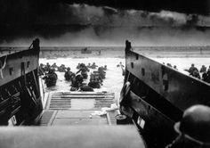 Eine große Anzahl an Fotos aus dem 2. Weltkrieg stellt 'The Atlantic' zur Verfügung. In 20 Rubriken finden Sie hier Fotos aus der Vorkriegszeit, von kriegsentscheidenden Operationen (Ostfront, Normandie…), Frauen im Krieg, bis hin zum Holocaust. Erschütternde und informative Fotos mit kurzer Bildbeschreibung, die gezielt im Geschichtsunterricht Einsatz finden können.