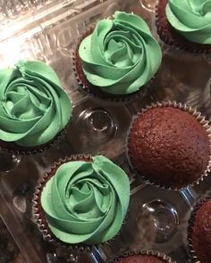 Cupcakes Decoration - Backen - Credit: Karlee Prior You are in the right place about cupcakes decoration Here we offer you the mos - Gold Cupcakes, Cupcakes Design, Green Cupcakes, Cake Designs, How To Ice Cupcakes, Chocolate Cupcakes Decoration, Diy Wedding Cupcakes, Birthday Cupcakes For Women, Rosette Cupcakes