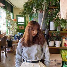 [헤럴드POP=이지선 기자] 원진아가 아름다운 비주얼을 뽐냈다. 25일 배우 원진아가 자신의 인스타그램에 근황이 담긴 사진을 게재했다. 공개된 사진 속 원진아는 카페에 앉아 헝클어진 머리로 다양한 포즈를 연출하고 있