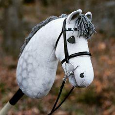 Mer bilder på Lasse. Han är verkligen jättesöt i verkligheten, men tyvärr blir han inte lika bra på bild. Skuggningen försvinner i kameran.… Stick Horses, Horse Crafts, Hobby Horse, Horse Stables, Horse Photos, Annie, Animals, Horse, Hobbies